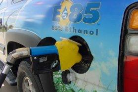 E85 üzemanyag mindegyik benzines autóba tölthető, 4,4 százaléknyi etanol a normál, 95-ös benzinben is van, a mai autók zöme az 50 százalékos etanol-benzin elegyet is zokszó nélküli viseli és akadhat olyan is, mely akár átalakító nélkül is bírja az E85-öst