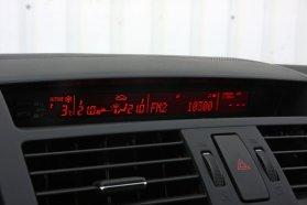 Sportosan csövekből néznek ki a műszerek. A rádió kijelzőjének grafikája meglehetősen puritán, zavaró, hogy az óra és a fedélzeti számítógép csak felváltva olvasható
