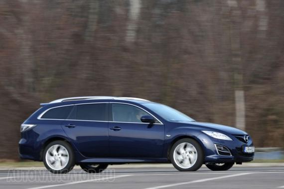 Leginkább a ködfényszórók körüli krómcsíkokról ismerhető fel a friss Mazda6, de újak a főfényszórók és a hátsó lámpák, valamint a felnik is. A futómű kényelmesebb lett