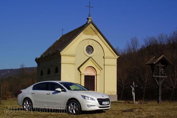 Kicsi a kápolna, vagy az autó nagy? Annyit biztosan tudunk, hogy a Peugeot 508 teljes hosszúsága 8 milliméter híján 4,8 méter