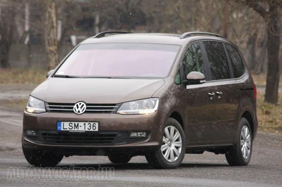 Kár is beszélni a formáról, a Sharan tipikus, egyenruhás Volkswagen, inkább azt emeljük ki, hogy a BlueMotion Technology (BMT) keretében start-stop rendszerrel üzemel a motor, és ha a körülmények engedik, akkor le is áll. Ezen kívül csekély gördülési ellenállású gumiabroncsokkal szerelik az autót, amely speciális motorvezérléssel és fékenergia-visszanyerő rendszerrel van ellátva
