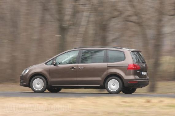 Árulkodik a kilincs és a vezetősín: a Volkswagen Sharan mostantól hátul tolóajtós. Aki nem szeretné a nehéz ajtókat izomerővel kezelni, cirka 200 ezer forintért kérhet elektromos mozgatást távirányítással. A luxus tovább fokozható, a csomagtér ajtajához is létezik elektromos segítség