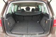 Hét- vagy ötszemélyes családhordozó, de szükség szerint teherhordó furgon is lehet a Volkswagen Sharan. Dicséretes, hogy lehajtott ülésekkel teljesen vízszintes felület jön létre. Az középső sor ülései egyenként, előre-hátra tologathatók − ez manapság az egyterűeknél kötelező elvárás