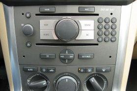 Ódivatú a rádió telefon-tasztatúrát mintázó gombsora, a Bleutooth-kihangonsító feláras