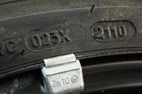 2110 − jól látható DOT jelölés, amely arra utal, hogy az adott gumiabroncs 2010-ben készült, a 21. héten