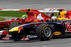 Vettel éppen körbeautózza Massát. A Red Bull elérhetetlen távolságban van