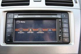 Szabvány 2DIN, azaz dupla-rádió méretű az érintőképernyős, USB-csatlakozót is adó navigációs egység. Elegánsabb lett volna az USB-aljzatot egy rekeszbe tenni