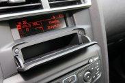Az alapáron járó ESP kikapcsolható, a tanksapka a mellette lévő gomb érintésére kipattintható. Noha a kormánykeréknek ma már közepe is forog, megmaradt rajta a temérdek funkciót ellátó gombsor. Praktikus, a kártyák, számlák, de zajcsillapító betétjével akár parkolási aprópénz tartására is használható rádió feletti rekesz