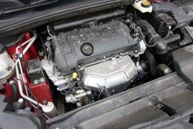 Alapjáraton némán és rezzenéstelenül jár, ötfokozatú váltója miatt azonban autópályán már sokat kénytelen forogjon az 1,6-os, változó szelepvezérlésű benzines, úgy pedig már zajos