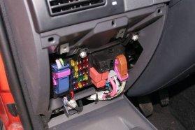 Modern autóknál általában így helyezik el a biztosítéktáblát