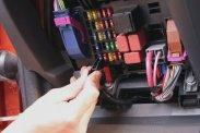 Balra a hengeres biztosíték, amit ujjgyakorlattal kell kivenni, majd behelyezni. A lapos fejűeket csipesszel mozgathatjuk, a kis eszközt a biztosítékdobozban helyezik el
