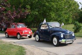 Fiatból Topolino (elöl kékben) és 500-as (hátul pirosban) is látható