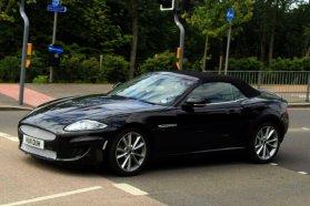 Kémfotón a Jaguar XE − mint álruhás XK futja kilométereit a sokkal kisebb modell
