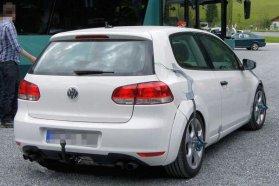 Stimmel a fehér szín, a vonóhorog és a három ajtós karosszéria is, de a kipufogók egyértelműen árulkodnak, hogy két különböző autóról van szó