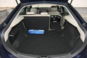 Felnyíló hátsó ablakával jól pakolható a Mondeo kínálatában alapesetben legkisebb méretű, 540 literes, ötajtós csomagtere. A poggyásztér egyszerűen, hagyományos üléshajtással bővíthető mintegy 1,5 köbméteresre