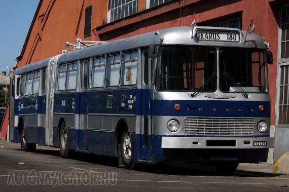 Egy hónapig mozgó múzeumbuszként funkcionált az először 1970-ben forgalomba helyezett, ma már nyugodtabb napjait a szentendrei Városi Tömegközlekedési Múzeumban töltő Ikarus 180. A csuklósokat valaha a mártírként kivégzett Sallai Imre nevét viselő főműhelyben építették, ez a fotó pedig a Sallai társáról, a szintén kivégzett Fürst Sándorról elnevezett budai garázsban készült