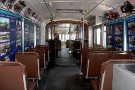 Színes és fekete fehér fényképekkel gazdagon illusztrált tablókat helyeztek el a teljes utastérben, végig az ablakoknál, amelyeket az időszaki kiállításból bontottak el a Magyar Műszaki és Közlekedési Múzeum munkatársai