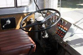 Nem éppen ergonomikus az Ikarus 180 műszerfala, és ebben a típusban még nem volt automata sebességváltó sem
