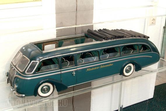 Ilyen és ehhez hasonló, áramvonalas, magas komfortszintű autóbuszok gördültek ki a '30-as években a Kässbohrer üzemből. A cég 1928-tól pótkocsikat is gyártott, de ezek használatát a német szabályozás az 1950-es évek legelején megtiltotta