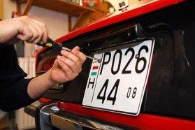 Járműtípustól függ, hogy hátra milyen formátumú tábla szerelhető fel