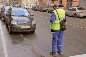 Ha tábla engedélyezi vagy útburkolati felfestés jelöli, akkor lehet a járdán parkolni, de a gyalogosok számára 1,5 méter széles helyet mindenképp hagyni kell