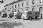 Utasokra várakozó Mávaut kisbuszok vidéken. A távolsági és elővárosi forgalomra szánt Ikarus 30-asok csak egy ajtóval rendelkeztek, tetejükre hátsó létrán megközelíthető csomagtartót szereltek, és a pótkereket a hátfalra erősítették