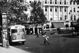 Vörösmarty tér, valamikor az 1950-es években. A fotó érdekessége, hogy jobbra hátul az első busz Rába Tr 3,5, mögötte pedig az ebből a típusból fejlesztett Ikarus 30 áll − jól látható a járművek közötti méretkülönbség. A 30-as nagyobb volt, mégsem vált be a leginkább 100 férőhelyes szóló buszokat igénylő Budapesten