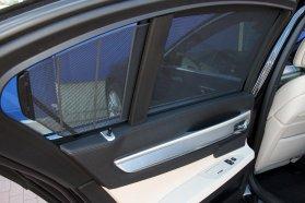 Halk zümmögéssel villanymotorok mozgatják az összes napfényvédő rolót a hátsó ajtókon, illetve a hátsó szélvédőnél