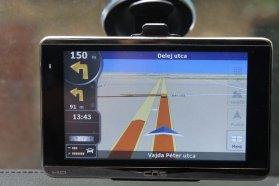 Navigációs készülékkel rádióhullámon keresztül, kiegészítő antennával és vevővel lehet TMC-dugófigyelést fogadni