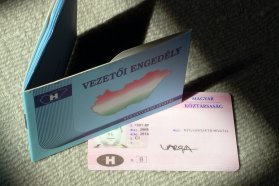 Egyszerű kis plasztiklap a jogosítvány, de hatjegyű összegbe kerül, hogy a nevünk szerepeljen rajta