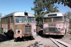 Balra a Rába Tr 3,5 kisbusz, jobbra az exportból visszamaradt Ikarus 31. Mindkét típus önhordó karosszériával készült