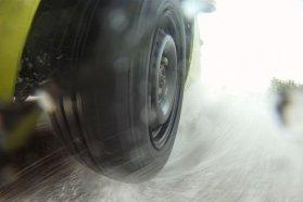 Mivel a felmérések szerint télen a legtöbbet esőben autózunk, a vizes úton mutatott jellemzők számítanak legjelentősebb mértékben az értékelésekben