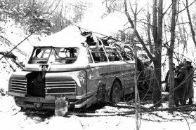 Több fa kidöntése után a kerekein állt meg a szakadékba zuhant Ikarus, a balesetnek sajnos halálos áldozata is volt
