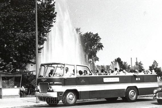 Ez volt az elsőként épített példány, amely az átszámozás után a GA 80-33 rendszámot kapta. Ha esett az eső, akkor az utasok bizony megáztak, mert ponyvát csak a vezetőállás fölé lehetett kifeszíteni