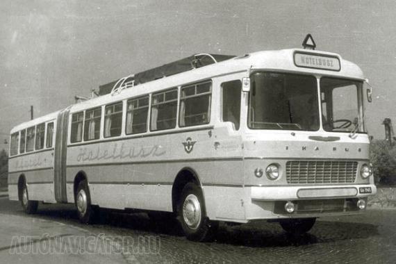 Városi kivitelben 182 személy szállítására tervezték a csuklós Ikarus 180-ast, amely Hotelbusz változatban már csak 12 utas kényelmét szolgálta. A hálófülkékben emeletes ágyakon lehetett aludni, a zuhanyzót hátul alakították ki