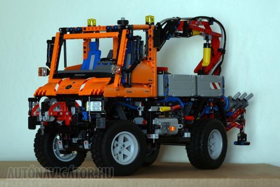 Ez már nem sajtófotó, hanem a saját és készre szerelt 8110-es Lego Technic Unimog U400-asom − információim szerint enyém az első példány, amely a Mercedes-Benz hálózatán belül került Magyarországon értékesítésre