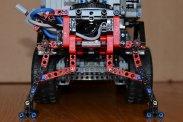 Három pneumatikus dugattyúval mozog a daru karja, mindegyikhez külön állítófül tartozik. A vezérlőegységtől kardántengelyen keresztül jön a hajtás, majd bonyolult fogaskerekes áttételen keresztül forgatja a darut. Hátul talpakkal stabilizálható a jármű, ez mechanikusan működtethető