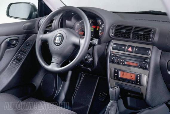 Érzelmeket nem ébreszt az Audi A3-tól eredő műszerfal, de funkcionálisan nem kritizálható. A vaskos kormány jó fogású