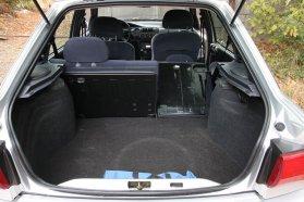 Viszonylag nagy, 380 literes, a hátsó támlák osztott, illetve az ülőlap egyben dönthetőségéve akár 1145 literig bővíthető a csomagtér