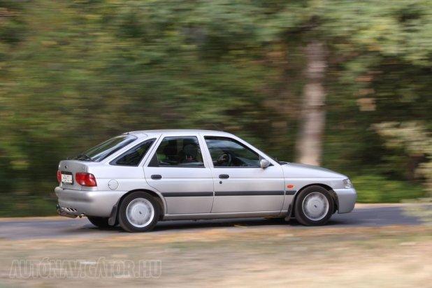 Ha forgatjuk, az 1,6-os, 16 szelepes, 90 lóerős, 134 Newtonméter nyomatékú benzines 12,3 másodperc alatt gyorsít 100 km/órára