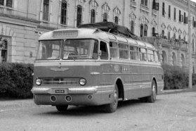 Külföldre is jártak a farmotoros Ikarusok, az IBUSZ és az Expressz utazási irodák szervezésében. A képen egy 1966 előtti 55-ös típus látható, a csepp alakú irányjelzők segítenek a meghatározásban