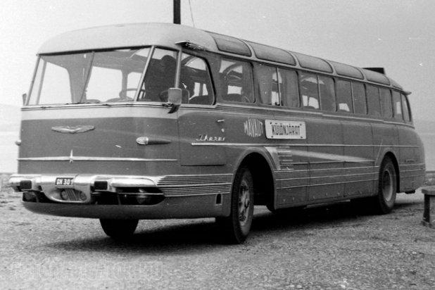 GN-301, az Ikarus 55 nullszéria első példánya 1954-ből. Jellegzetes részlet a síküvegekből álló, gyakorlatilag köríves panoráma szélvédő, amely remek kilátást adott. A tesztüzem a Mávautnál zajlott, belföldi forgalomban