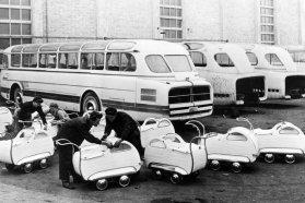 Volt időszak, amikor az Ikarusban bizony fontosabbak voltak a közszükségleti cikkek, mint maguk az autóbuszok. A képen a munkások az 1 200 forintos babakocsikat ellenőrzik, míg a háttérben az 55-ös típus első példányai láthatók