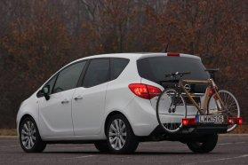 Átlagos tengelytávú kerékpár egyik oldalon sem lóg ki a karosszéria mögül