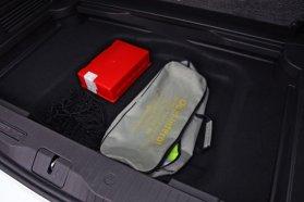 A csomagtér lefele is nyújtható, padlója alatt még egy, keskenyebb rekesz helyezkedik el, itt találhatók a kötelező felszerelések, pótkerék helyett defektjavító jár a bringatartós Merivához