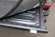 Ha már felépítmény, praktikusabb egy kabin-magasságú zárt doboz. A platót szőnyeg borítja, a hátsó ajtó külön zárható. A raktér mélyére csúszó holmikért be kell mászni