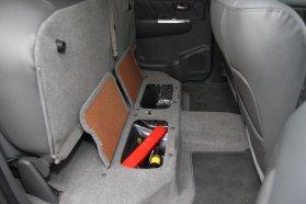Praktikus, hogy a hátsó üléspad alá is lehet pakolni
