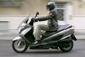 Kedvelt 125-ös robogó a Suzuki Burgman, az autóból átülők decembertől gyorsított tanfolyammal szerezhetnek ezen osztályra engedélyt