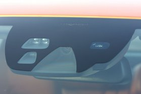 Ha egy autó szélvédőjén ilyesmit látunk, az jó eséllyel nem fog minket elütni