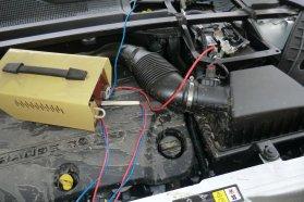 Ha van idő és hely, az indításra képtelen akkumulátort akár az autóban hagyva is fel lehet tölteni